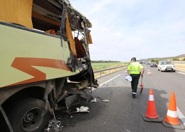 7 heridos leves en el choque de un camión contra un autobús