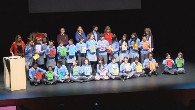 Foto de familia de uno de los grupos premiados en el concurso escolar 'Diversidad, fuente de riqueza' NATV