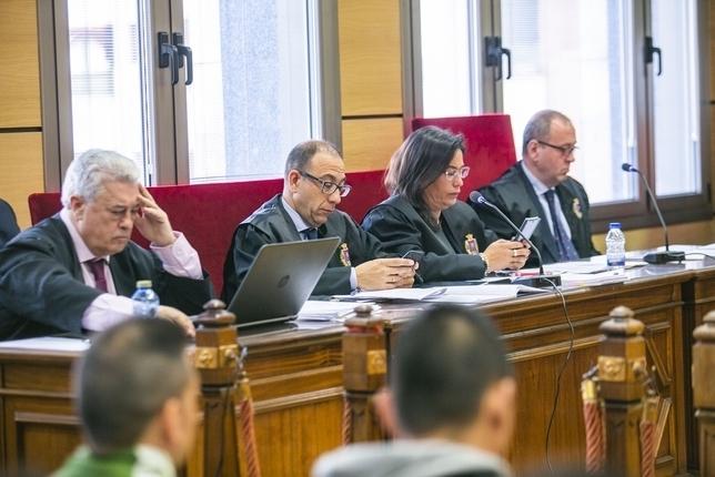 Cuatro de los abogados de los acusados, en primer término José Ramón García