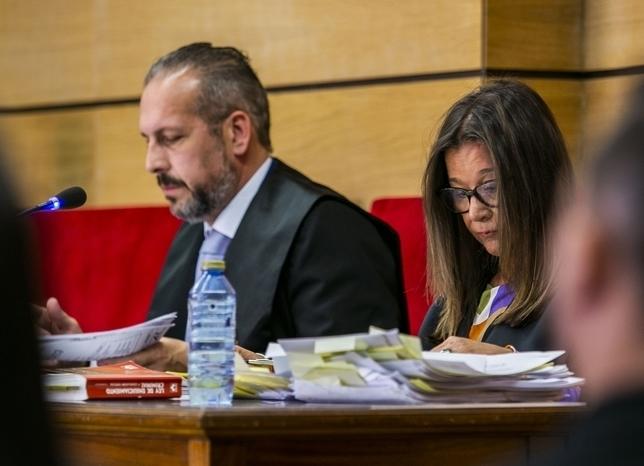La letrada Mar Vega, en primer término, junto al abogado Raúl Marcos