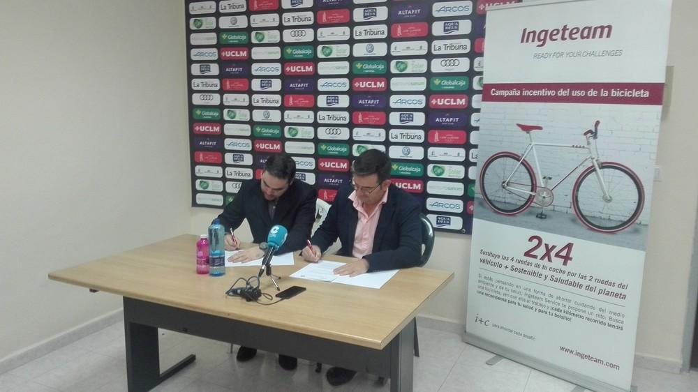 Pedro Torres y Jorge Magán firman el convenio.