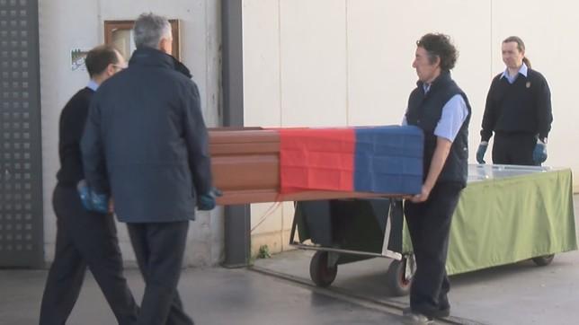 Unos operarios del cementerio trasportan el féretro de Javier Miranda