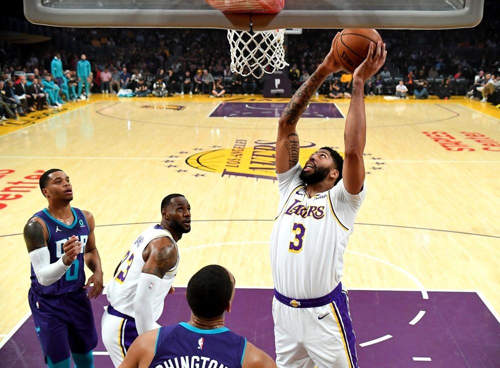Los Lakers exhiben su músculo ante los Hornets