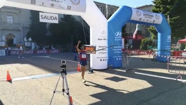 Pedro Vega en el momento de cruzar la meta.