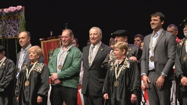 Los cuatro nuevos Caballeros Honoríficos posan con la Orden del Cuto Divino