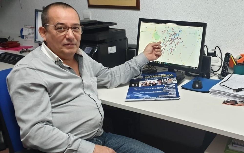 El presidente de Ajupareva, Ángel Aranzana mostrando el nuevo mapa interactivo.