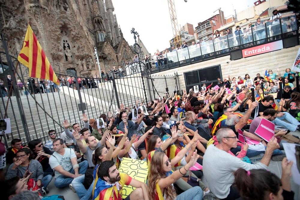 Cientos de personas bloquean el acceso a la Sagrada Familia