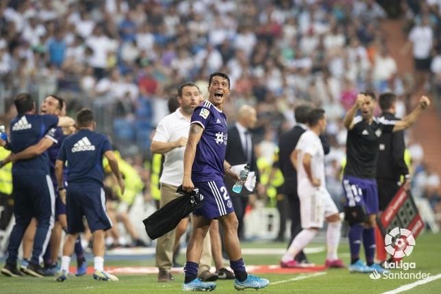 Porro celebra con la grada el empate en el Bernabéu.