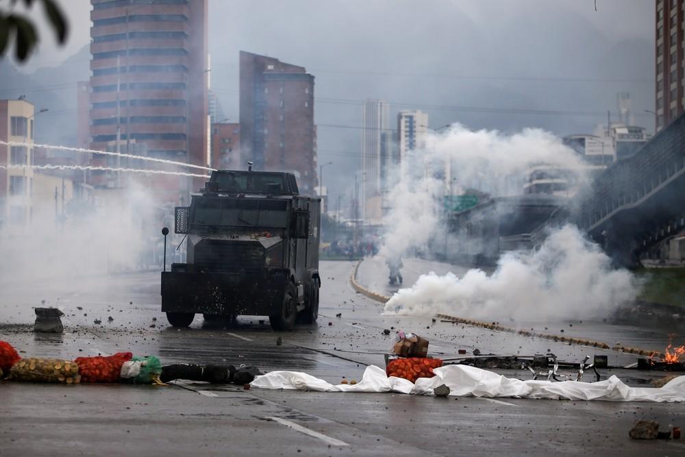 Batalla campal entre Policía y manifestantes en Colombia
