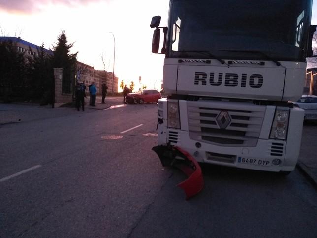 Colisión en el polígono entre un turismo y un camión