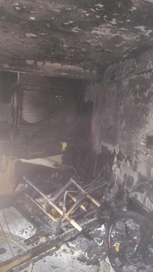Rescatado un hombre colgado de una ventana tras un incendio