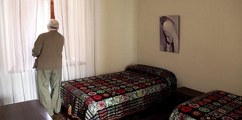 Una de las habitaciones que ocupan los religiosos.