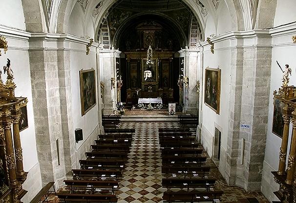 Planta de la iglesia con el altar al fondo.