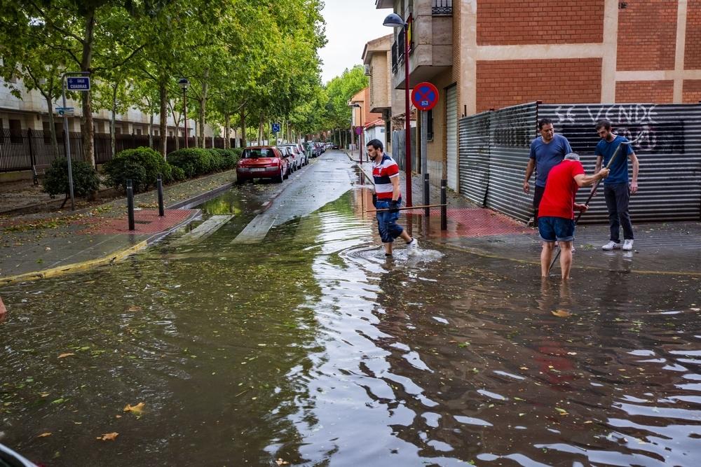 La tormenta de granizo anega algunas calles de la capital