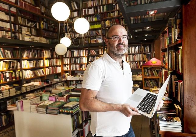 El autor, en imagen de archivo durante la promoción de su anterior novela, La sirena de Gibraltar.  Alberto Rodrigo