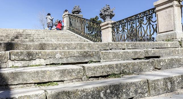 Escaleras del entorno de la fuente de La Selva, cuyo deterioro salta a la vista. Rosa Blanco