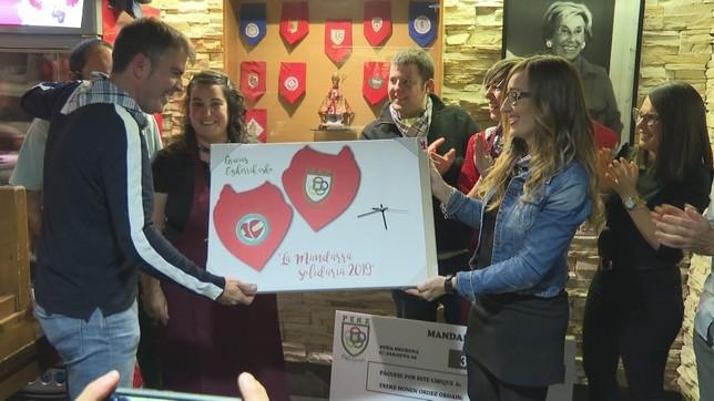 La asociación 'Pequeña Guerrera' tuvo un detalle con la peña Oberena  NATV