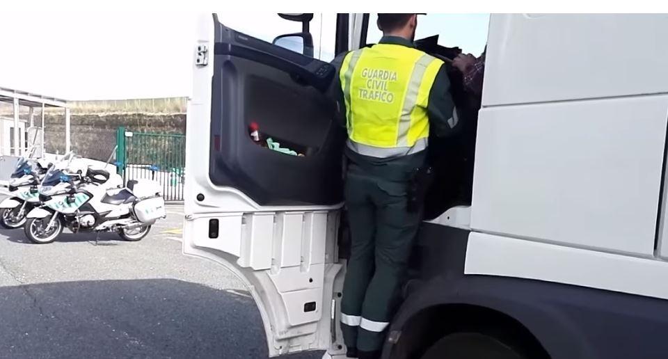Denunciados dos camioneros por circular con sobrecarga
