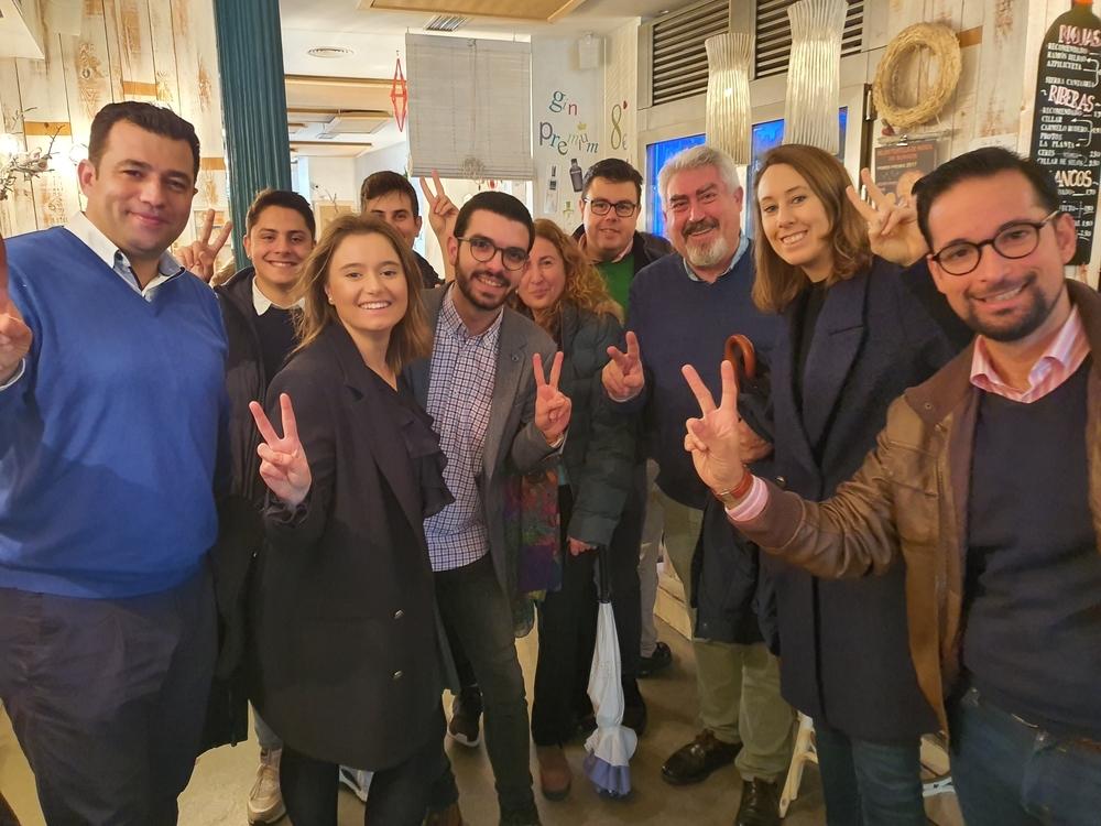 Aurora Nacarino-Brabo (d.), con José Ignacio Delgado a su derecha y otros cargos y jóvenes afiliados de Ciudadanos.