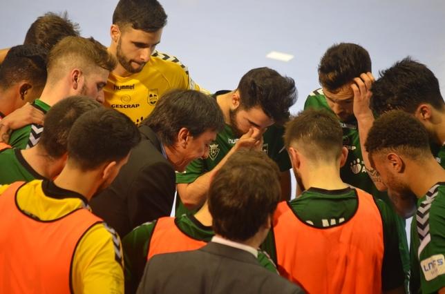 Imanol Arregui da instrucciones a sus jugadores Asier Cotelo
