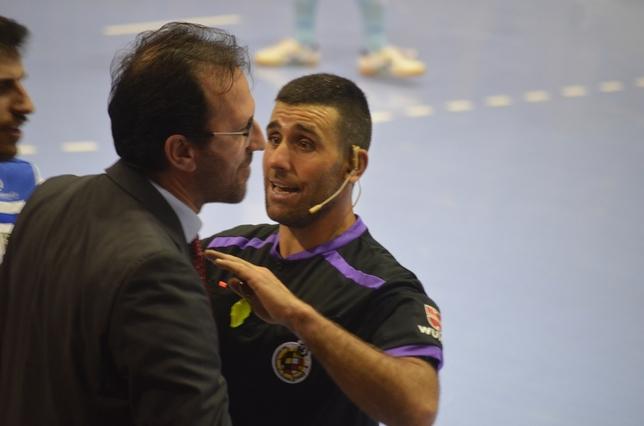 El colegiado acabó expulsado a Santi Herrero, entrenador visitante Asier Cotelo