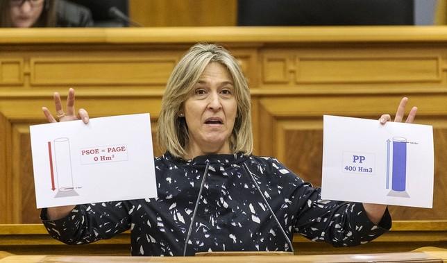 La diputada del PP Ana Guarinos muestra las «cubetas» del agua de reserva aprobada por el PSOE y el PP. David Pérez