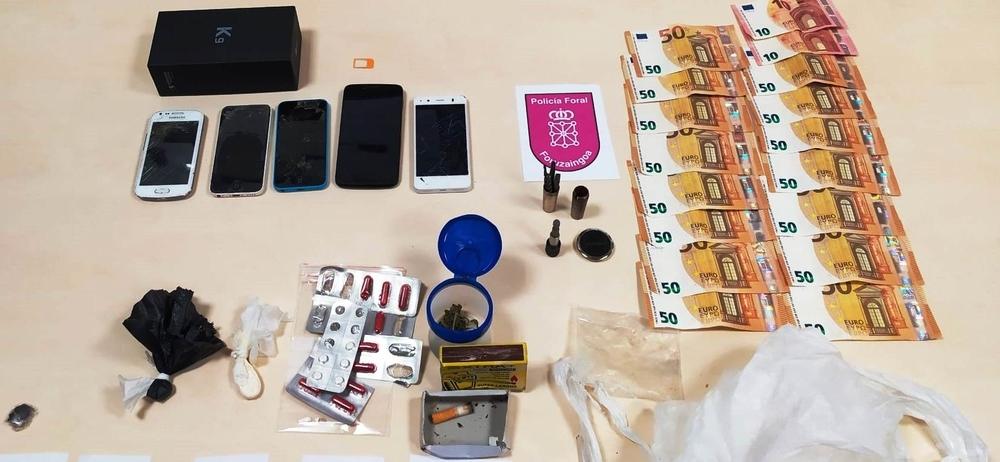 Conducía un coche robado con 1.420 euros, 5 móviles y drogas