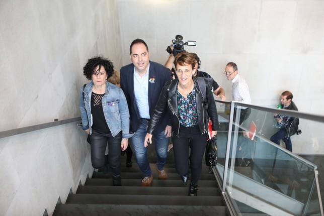 La delegación socialista, llegando a la primera reunión este miércoles en el Parlamento