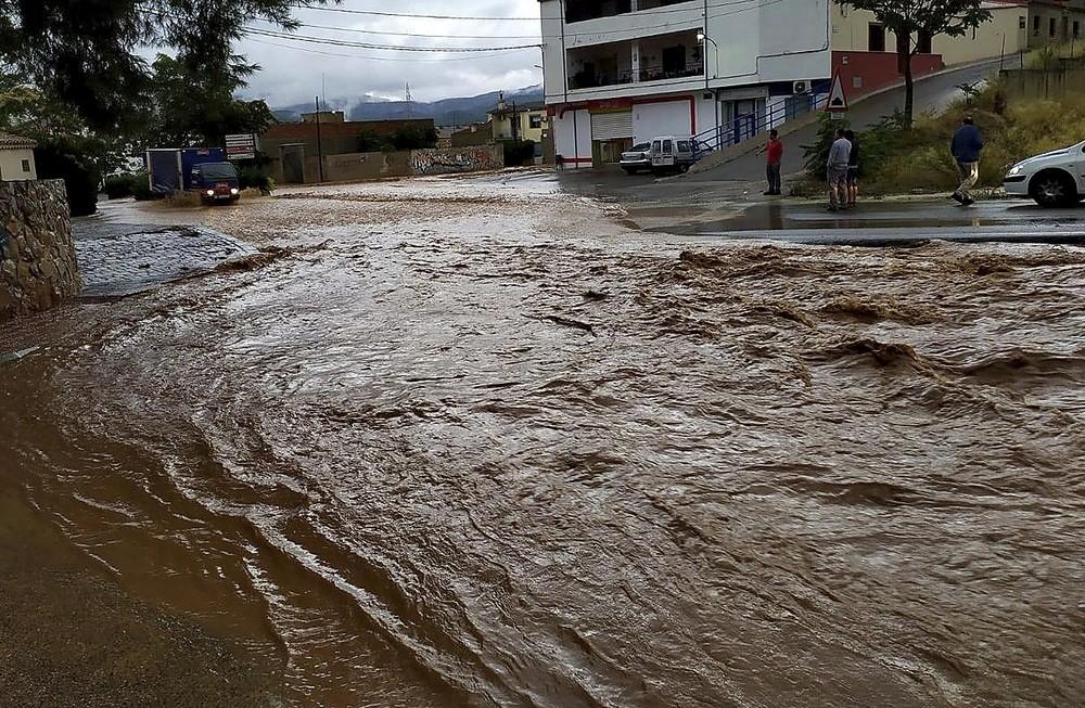 El agua atraviesa una calle de Socovos por la mañana