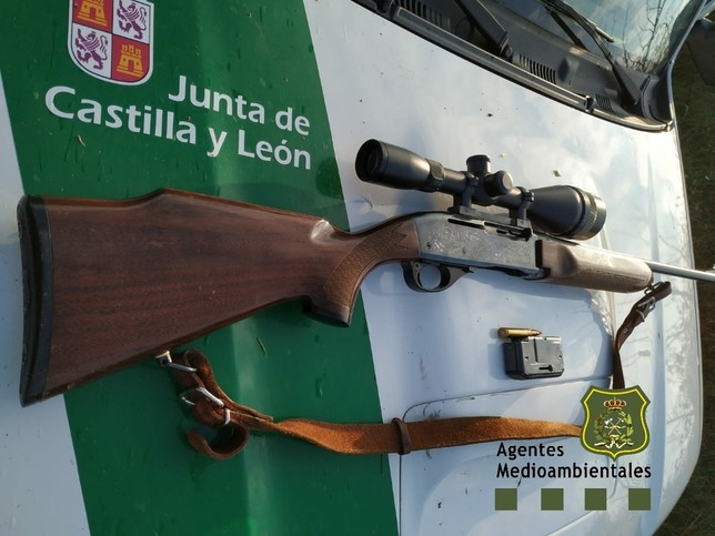 Rifle requisado a un cazador que lo llevaba cargado en el coche. @apamcyl
