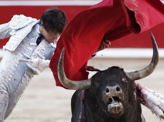 Una oreja barata para Castella y tarde espesa para Roca Rey _JDI