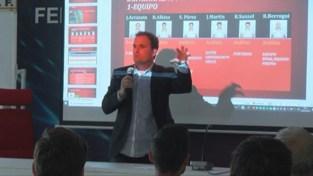 Arrasate explica su método a los entrenadores navarros NATV