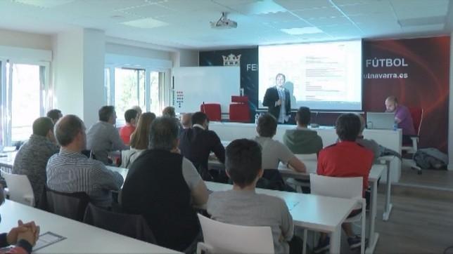 La sala se llenó para presenciar la conferencia del entrenador de Osasuna NATV
