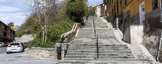 Para salvar el desnivel entre San Millán y el Salón, el Ayuntamiento estudia ahora un remonte mecánico que iría a lo largo de las escaleras, en lugar de un ascensor convencional. Rosa Blanco