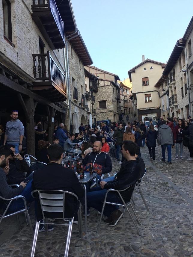 Ambiente extraordinario en las calles y los bares de uno de los pueblos más bonitos de España. S.F.L.