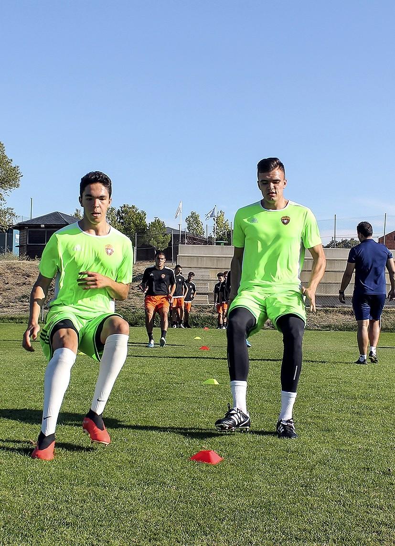 Los porteros del equipo, Gerardo Campana y Erik Santiago, realizan ejercicios de calentamiento.