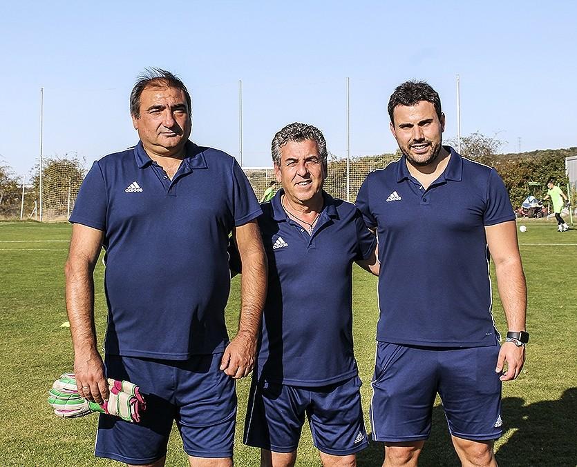 El entrenador, Pedro de la Nuez (centro), junto a su segundo, Luis García (derecha) y el preparador de porteros, Fermín Ayllón.