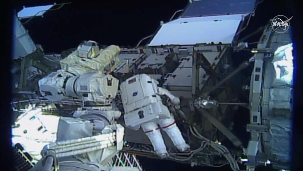 Primera caminata espacial de un equipo femenino