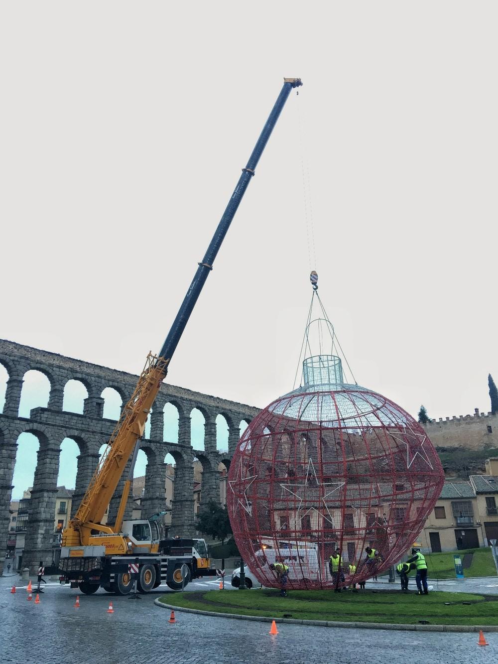 Recolocan la bola gigante de Navidad
