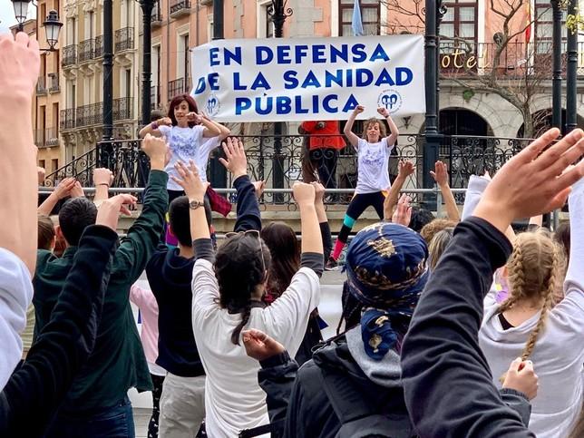Zumba por la sanidad pública en la Plaza Mayor de Segovia