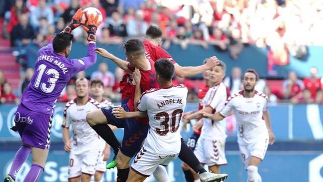 Acción en la que el árbitro anuló un gol a Osasuna por falta de David García sobre el portero Tomeu