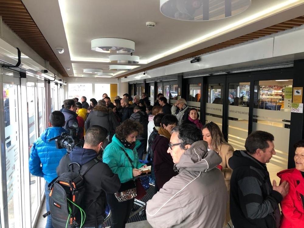 Periodistas y clientes aguardan la apertura del centro comercial donde se ha vendido el Gordo