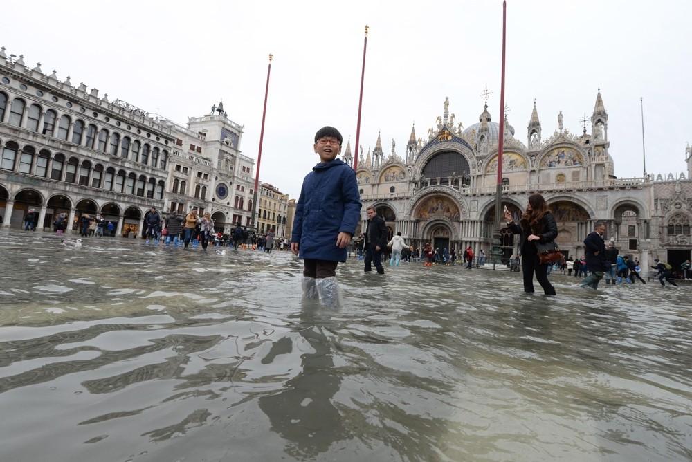 El agua vuelve a inundar Venecia mientras la marea crece