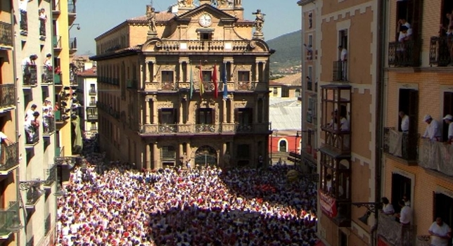 Pamplona, lista para anudarse el pañuelico con el Chupinazo