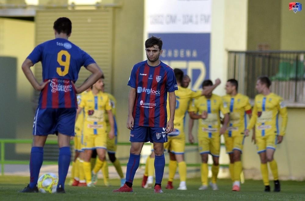 Javi Borrego y Álex Conde, abatidos tras uno de los goles de la Arandina.