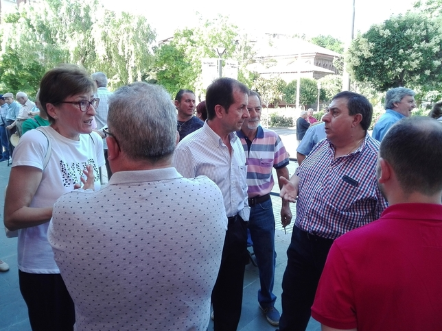 Los ediles del equipo de Gobierno Félix Calle y Petra Sánchez conversan con vendedores del Mercado Municipal. D. R.