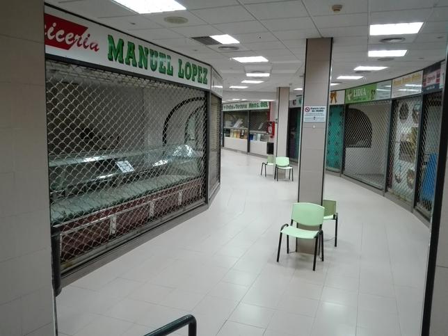 Una galería con puestos cerrados del Mercado Municipal. D. R.