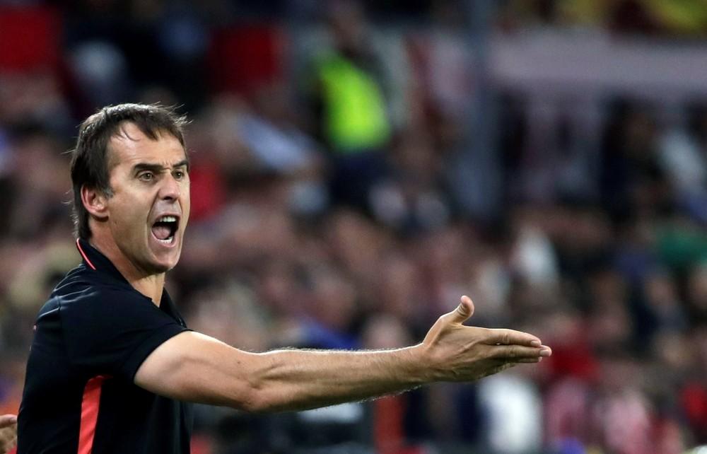 Chicharito afianza al Sevilla en el liderato