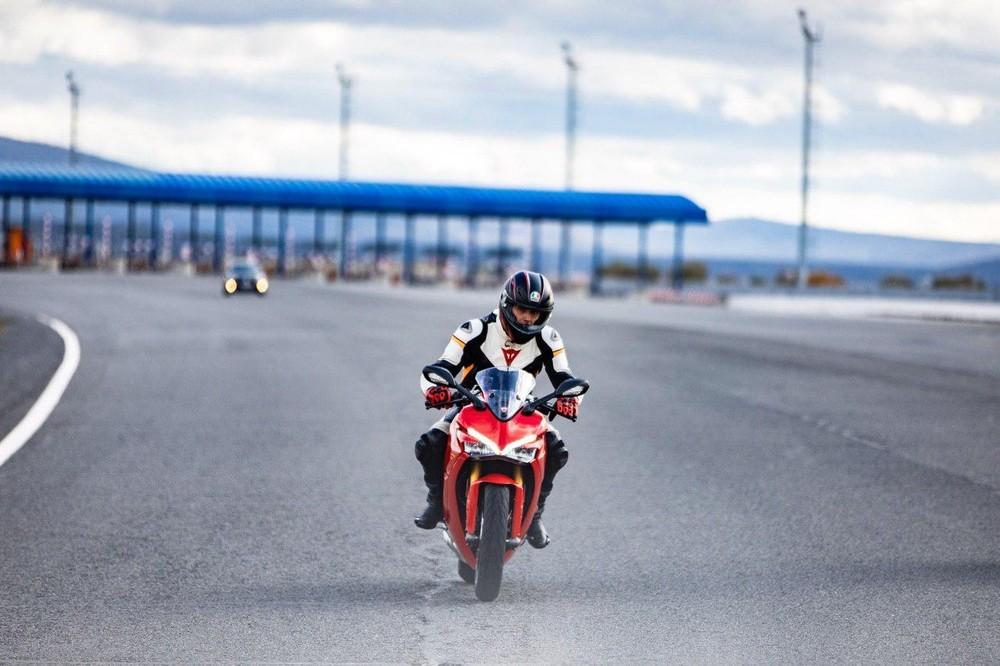 Rivera disfruta de su afición a las motos en Valladolid