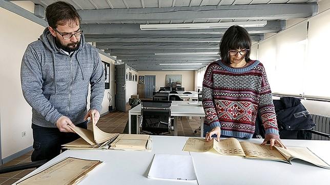 Los arquitectos Darío Núñez y Carlota González, que han investigado en los archivos.